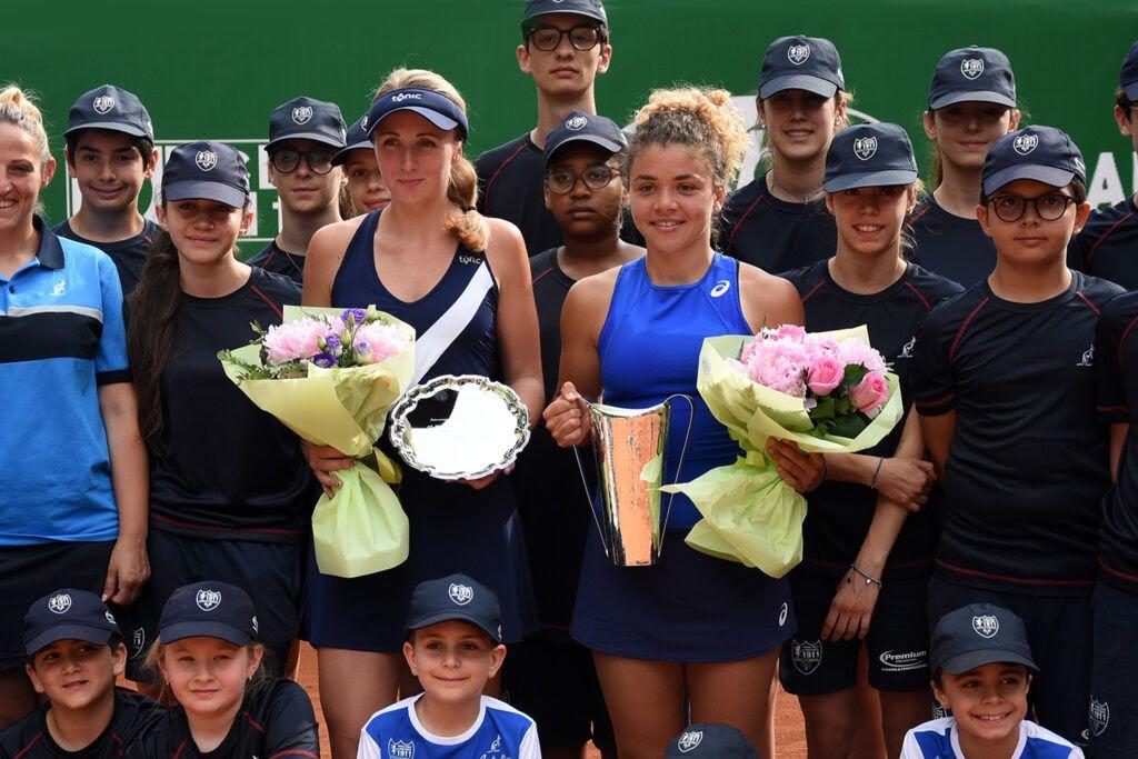 La premiazione dell'edizione 2019 degli Internazionali femminili di Brescia, vinti da Jasmine Paolini (destra). Il torneo tornerà nel 2022 (foto GAME)