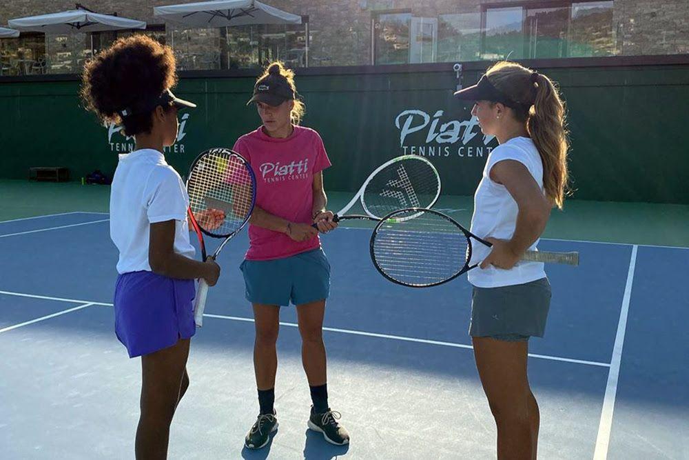 Scene di lavoro quotidiano sui campi del Piatti Tennis Center. La struttura accoglie in pianta stabile giocatori da una dozzina di nazioni diverse