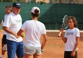 Riccardo Piatti al lavoro con i giovani sui campi di Bordighera