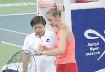 Kristyna Plskova si fa male con un ventilatore e si ritira dal torneo di Nanchang quando era avanti nel punteggio (Video)