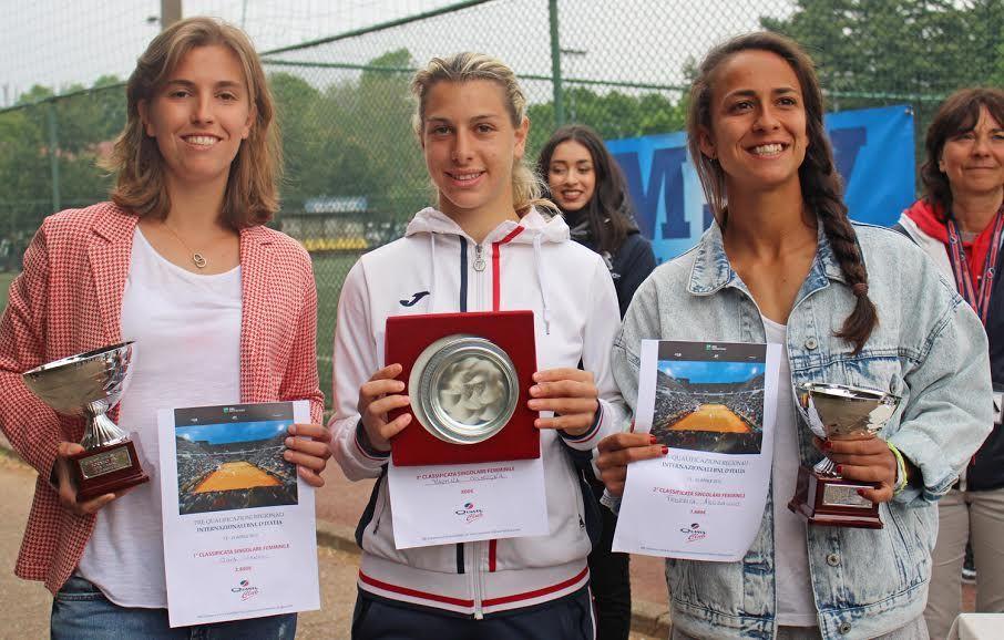 La premiazione del singolare femminile dell'Open BNL di Milano: da sinistra, Gaia Sanesi (vincitrice), Martina Colmegna (terza classificata) e Federica Arcidiacono (finalista)