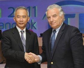 Francesco Ricci Bitti riceve i saluti del presidente della Federazione Tennis della Thailandia.