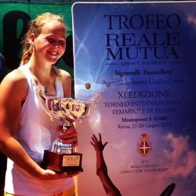 Roma: Ludmilla Samsonova, 15 anni, alla premiazione del torneo Itf della Canottieri Tevere Remo (foto SpazioTennis)