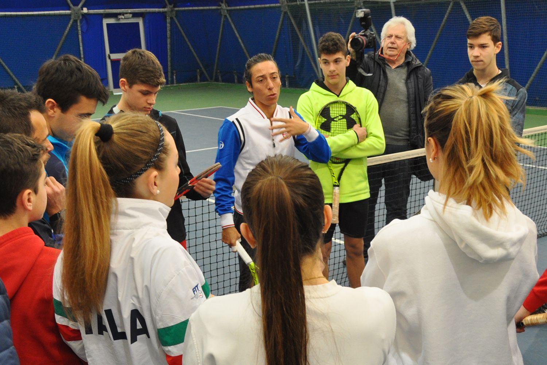 Francesca Schiavone, ex numero 4 del mondo, con alcuni dei ragazzi del Tc Crema che hanno avuto la possibilità di giocare con lei nella mattinata di domenica 25 marzo