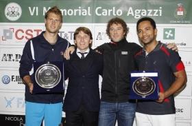 la premiazione del Trofeo Cst. Da sinistra: Andreas Seppi, il direttore del torneo Andrea Agazzi, Enrico Vezzoli (Cst) e Jhonson Garcia - Foto Felice Calabrò