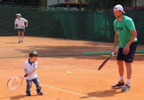Un allievo della scuola tennis condivide il campo con Andreas Seppi, n.22 del mondo