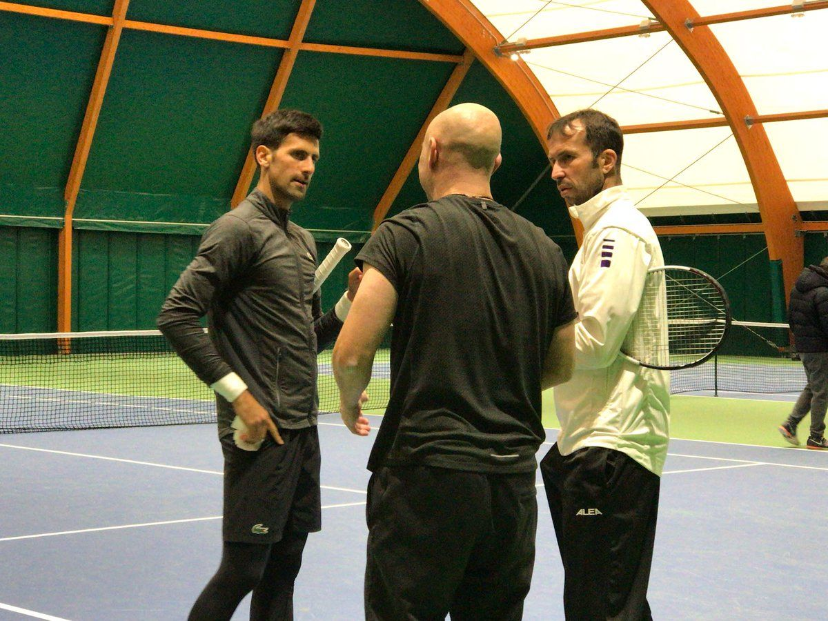 Novak Djokovic con Andre Agassi e Radek Stepanek