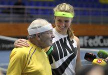 Elina Svitolina palleggia con un ragazzo di 92 anni