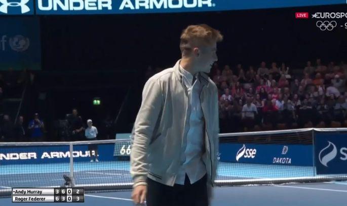 Glasgow, Federer scambia con un tifoso che mette in mostra un buon dritto