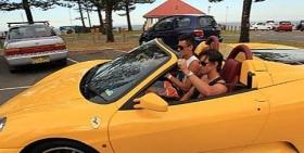 Bernard Tomic sulla sua Ferrari Gialla