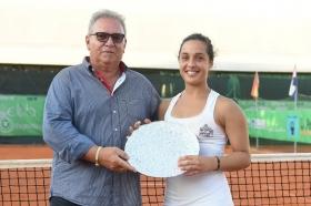 La vincitrice Martina Trevisan, 22 anni, premiata al fianco del direttore del torneo di Bagnatica Gianluigi Terzi  - Foto San Marco