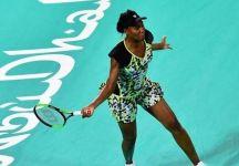 Venus Williams batte Serena nell'esibizione ad Abu Dhabi (VIDEO)