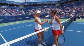 Roberta Vinci stringe la mano alla Gavrilova alla fine della partita