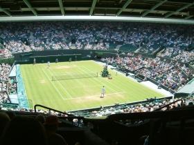 Ore 13 esatte, scandite distrattamente dal Big Ben: il campione in carica del più antico torneo di tennis varca le porte degli spogliatoi dell'All England Lawn Tennis and Croquet Club